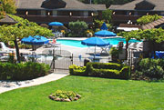 Best Wester Sea Cliff Inn lawn and pool